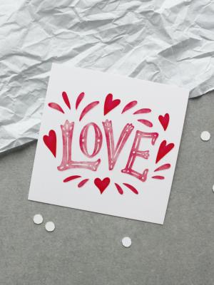 ОТКРЫТКА С АКВАРЕЛЬНЫМ ТЕКСТОМ «LOVE» (9х9 см)